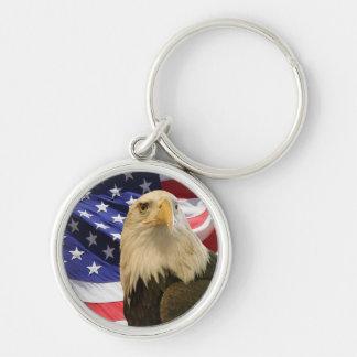 Eagle calvo americano y bandera llavero redondo plateado