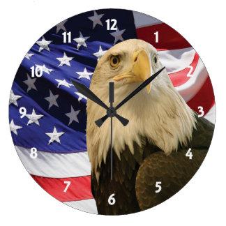 Eagle calvo americano y bandera reloj