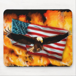 Eagle calvo, bandera y llamas Mousepad patriótico