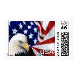 Eagle calvo con franqueo de la bandera de los E.E.