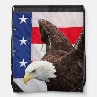 Eagle calvo con la bandera americana mochilas