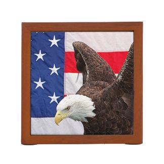 Eagle calvo con la bandera americana organizador de escritorio