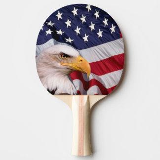 Eagle calvo con la bandera americana pala de ping pong