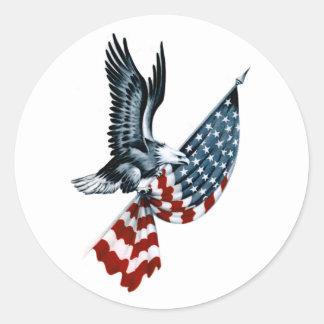 Eagle calvo con la bandera americana etiqueta redonda