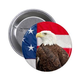 Eagle calvo con la bandera americana pin