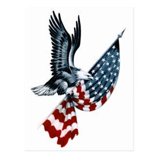 Eagle calvo con la bandera americana postal