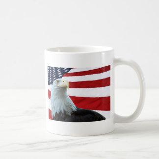 Eagle calvo contra la taza de la bandera americana
