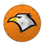 Eagle calvo en el naranja tablero de dardos