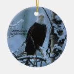 Eagle calvo en nieve del invierno ornamentos para reyes magos