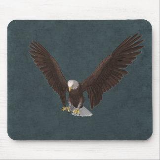 Eagle calvo en vuelo Mousepad