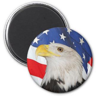 Eagle calvo patriótico y bandera americana imán redondo 5 cm