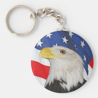 Eagle calvo patriótico y bandera americana llavero redondo tipo pin
