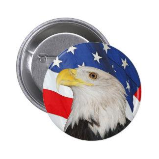 Eagle calvo patriótico y bandera americana pin redondo de 2 pulgadas