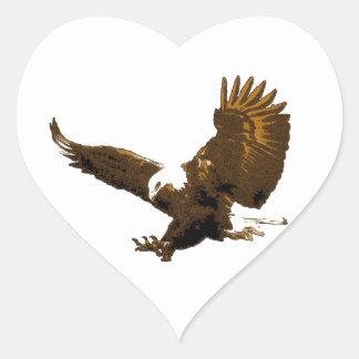 Eagle calvo que aterriza al pegatina del corazón