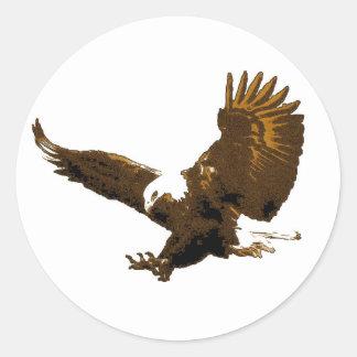 Eagle calvo que aterriza alrededor de los pegatina redonda