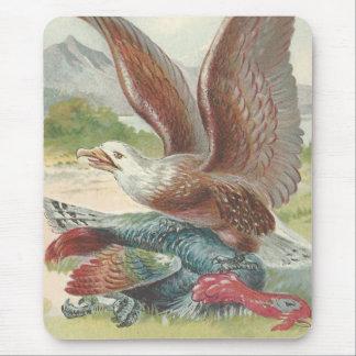 Eagle calvo que coge la acción de gracias Turquía Alfombrilla De Ratones