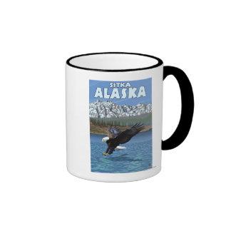 Eagle calvo que se zambulle - Sitka Alaska Tazas De Café