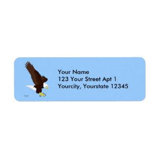 Eagle calvo que vuela etiqueta de remite