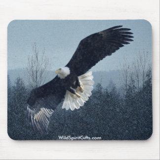 Eagle calvo que vuela Mousepad