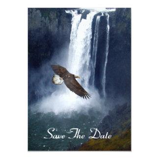 Eagle calvo que vuela por las tarjetas de la comunicado