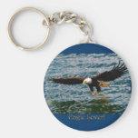 Eagle calvo que vuela que pesca llavero de la faun