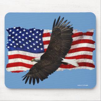 Eagle calvo que vuela y bandera Mousemat Tapetes De Ratones