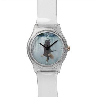 Eagle calvo que vuela y escena de la naturaleza de relojes de mano