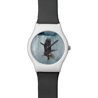 Eagle calvo que vuela y escena de la naturaleza de reloj de mano