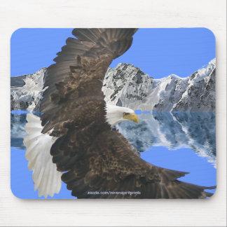 Eagle calvo que vuela y naturaleza Mousepad de las