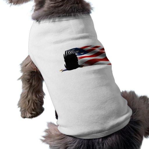 Eagle calvo vuela el Memorial Day de la bandera Camiseta De Mascota