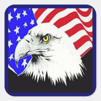 Eagle calvo y bandera americana pegatina cuadrada