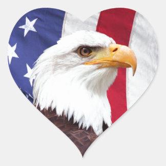 Eagle calvo y bandera americana pegatina en forma de corazón