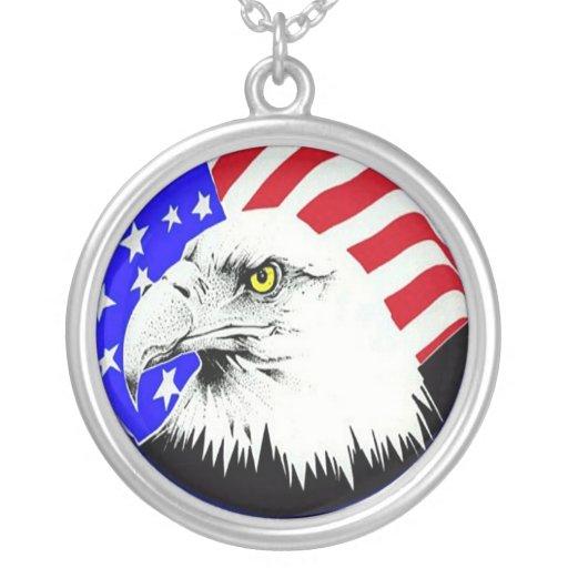 Eagle calvo y collar de la bandera americana