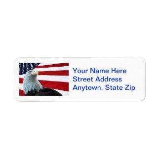 Eagle calvo y etiquetas de dirección de la bandera