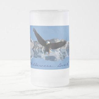 Eagle calvo y fauna de las montañas que bebe a Ste Taza Cristal Mate