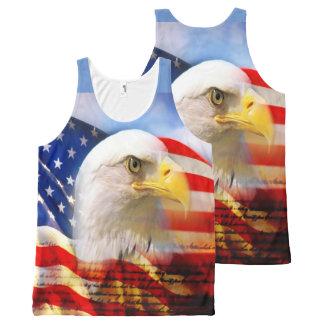 Eagle calvo y la bandera americana
