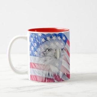 Eagle calvo y la bandera americana taza de dos tonos