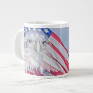 Eagle calvo y la bandera americana taza grande