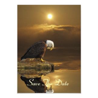 Eagle calvo y tarjetas de oro de la invitación de