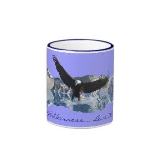 Eagle calvo y taza del té o de café de la fauna de