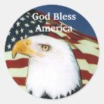 Eagle con la bandera, dios bendice América Etiquetas Redondas