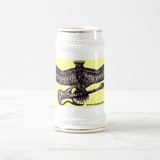 Eagle con la taza de cerveza fresca de la guitarra