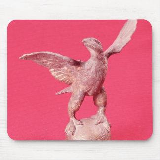 Eagle con las alas separadas en una bola alfombrillas de ratones