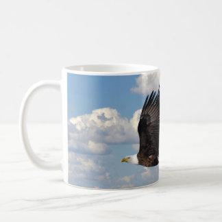 Eagle en el cielo tazas