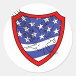 Eagle en el escudo de la bandera pegatina redonda