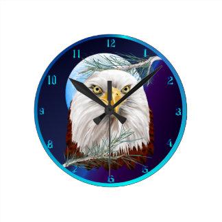 Eagle en los pinos Wallclock Reloj Redondo Mediano