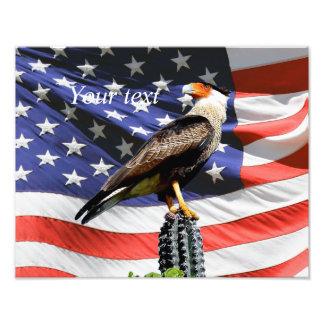 Eagle en un cactus delante de la bandera de los fotografía