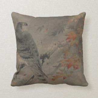 Eagle en una rama del arce cojín decorativo