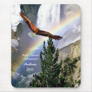 Eagle en vuelo con el cojín de ratón del arco iris mouse pads