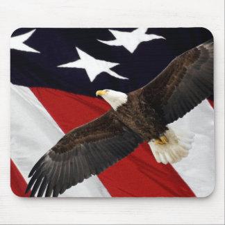 Eagle en vuelo sobre bandera americana alfombrilla de ratón